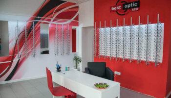Nyitott vagy a látszerész vagy értékesítési tanácsadó munkahelyre